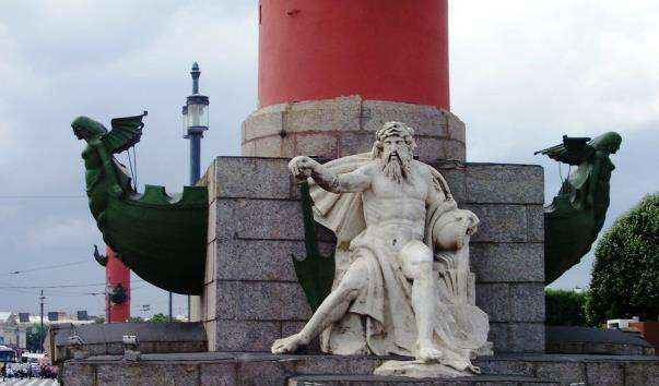 Скульптура Дніпро у підстави Ростральної колони