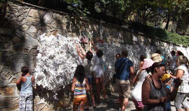 Стіна бажань у будиночка Діви Марії