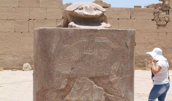 Статуя священного жука-скарабея